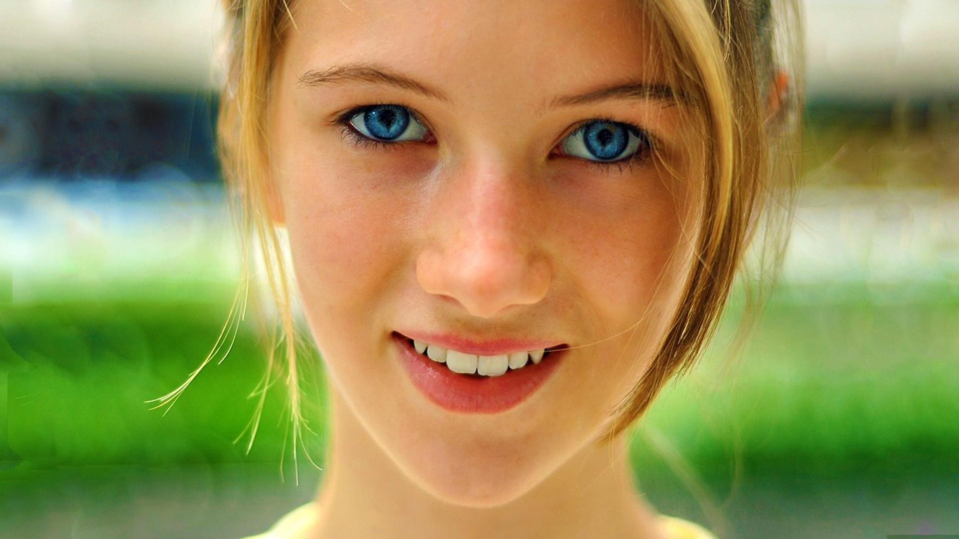 Fille aux yeux bleus sourire - Fille yeux bleu ...