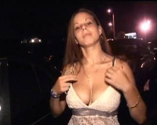 elle-montre-ses-seins-dans-parking