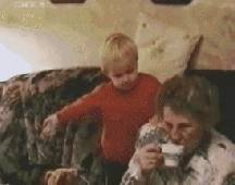 gif-bebe-renverse-cafe-grand-mere