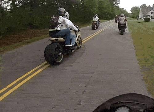 coince-sur-roue-moto