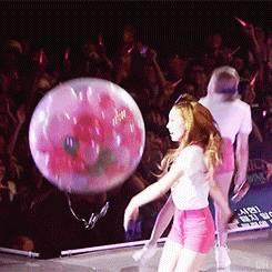fille-kpop-explose-ballons