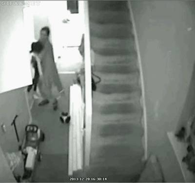 pere-sauve-fils-tombe-escaliers