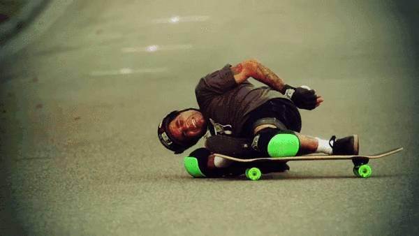 skater-frotte-son-casque-sol