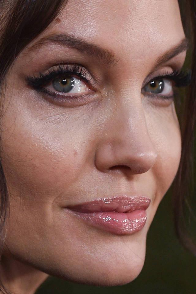 visage-celebrites-pres-angelina-jolie