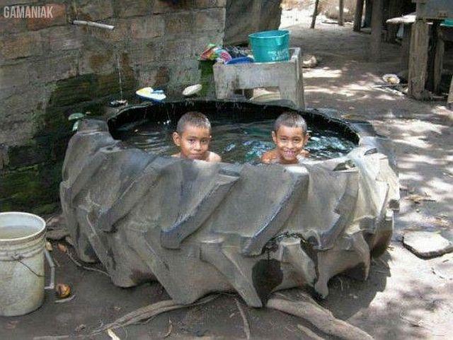 enfants-baigner-enorme-pneu