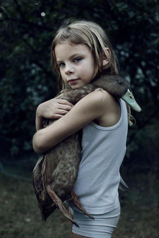 fille-caline-canard