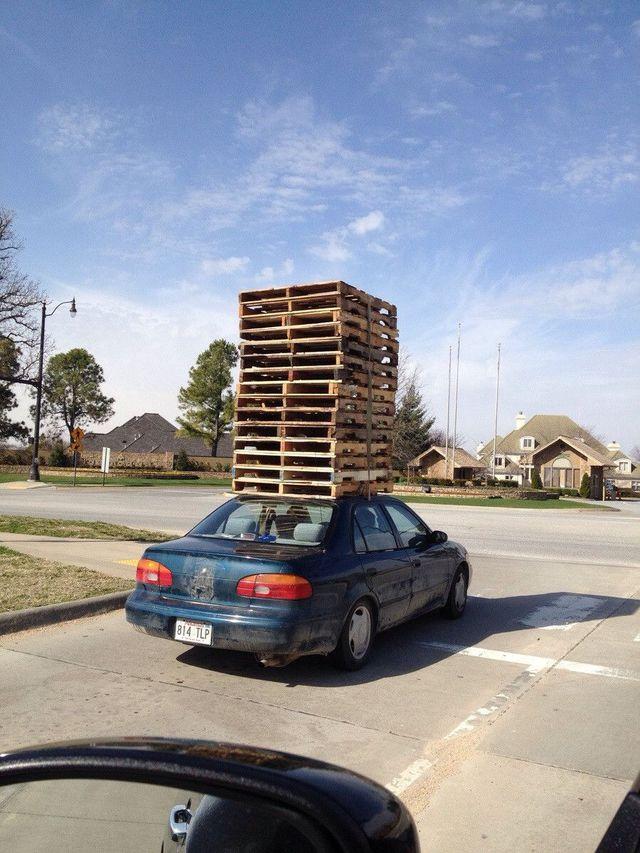 une-voiture-qui-transporte-des-palettes