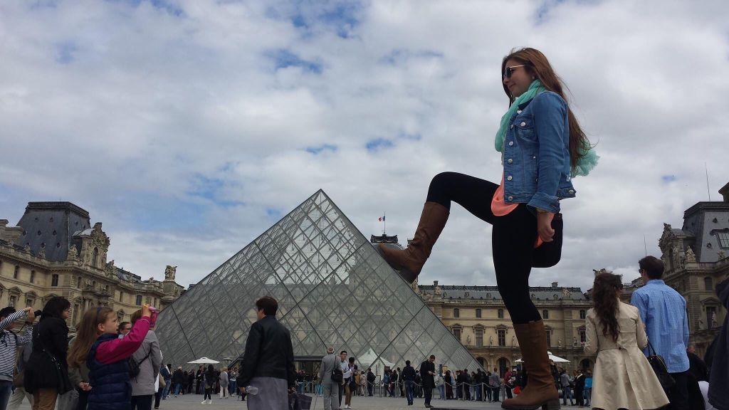 Marcher sur la pyramide du louvre - Inauguration pyramide louvre ...