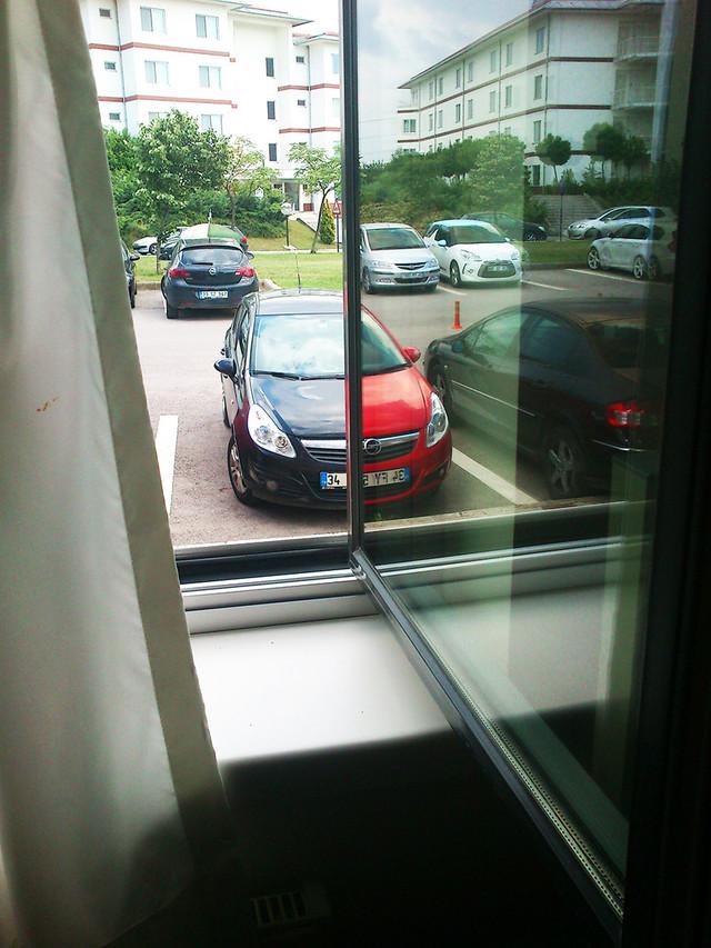 reflection-2-voitures-identiques-couleurs-differentes-vitre