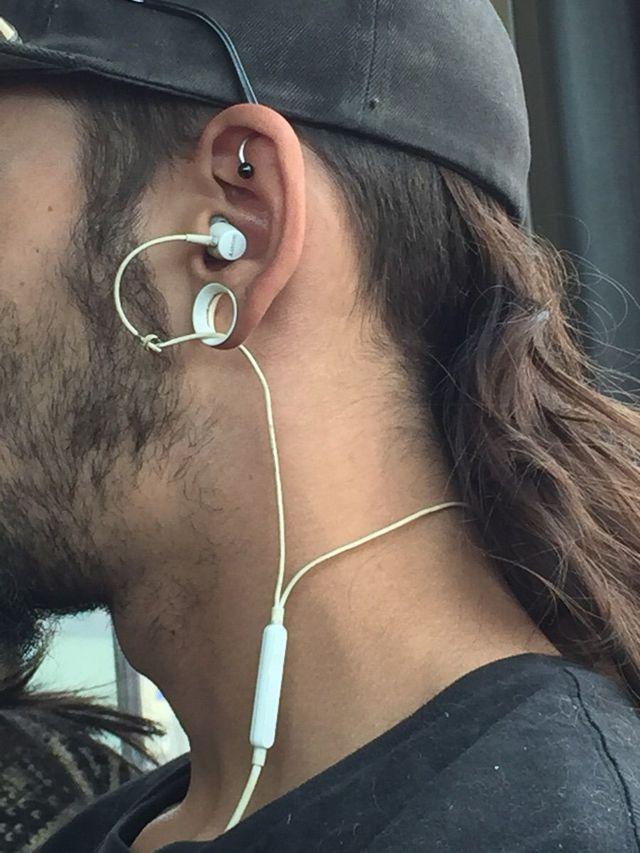 ecouteurs-travers-trou-oreille