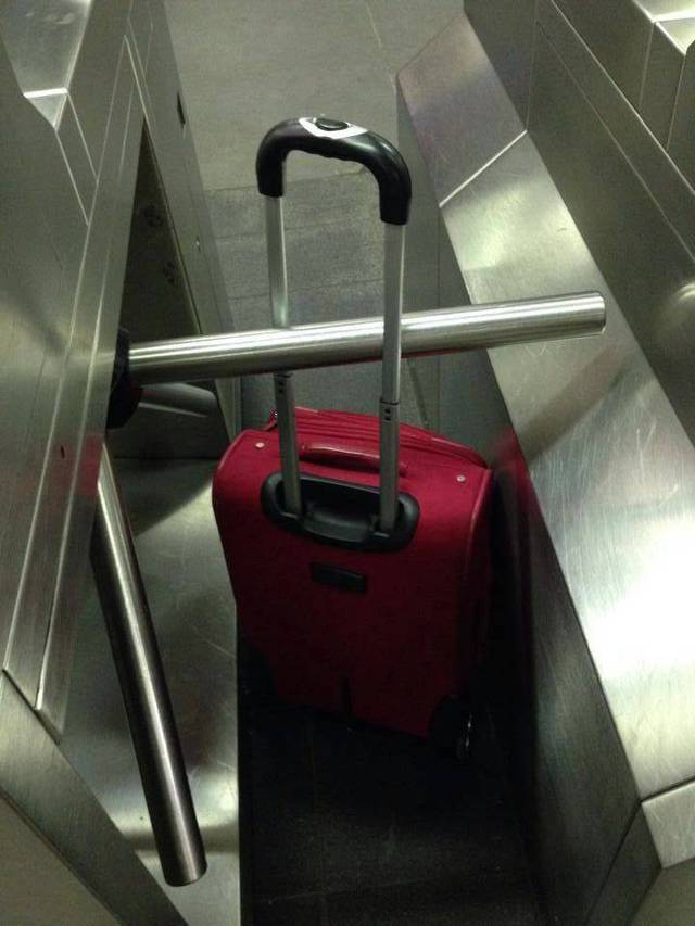 valise-coincee-tourniquet-metro