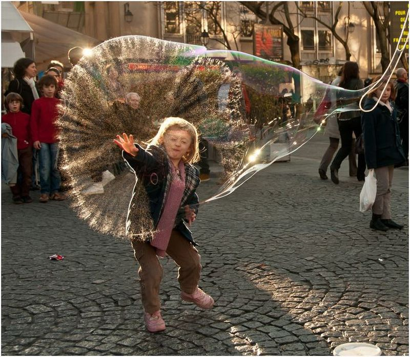 fille-touche-grosse-bulle
