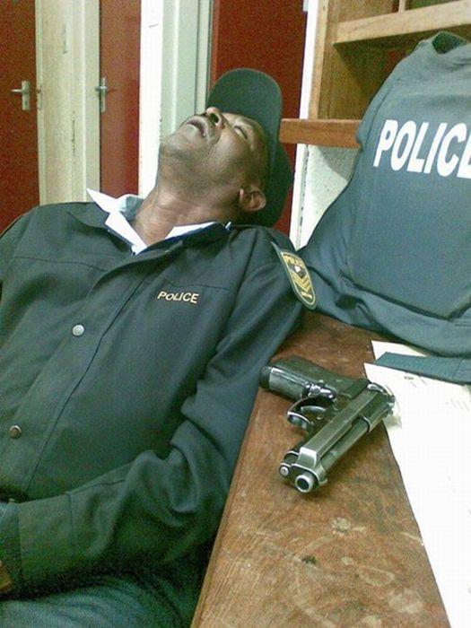 policier-repos-pistolet-table