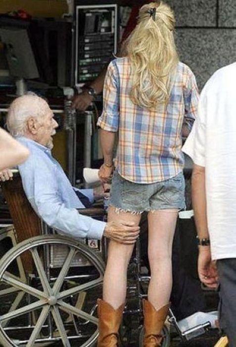 blonde-laisse-papy-toucher