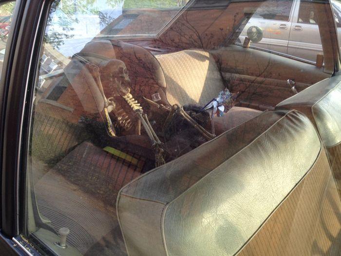bebe-mort-siege-arriere-voiture-squelette