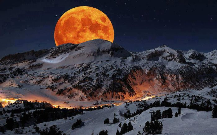 lune-orange-montagne-enneigee