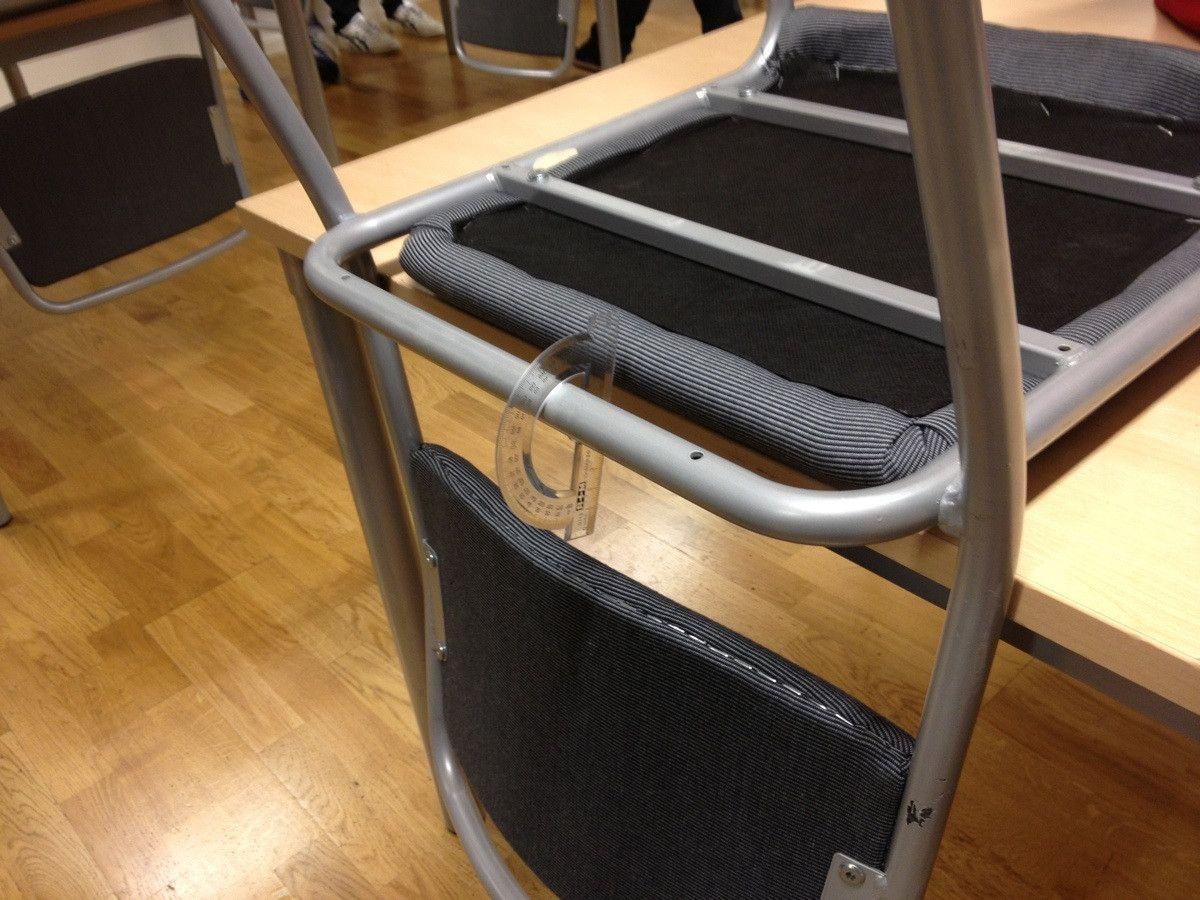 rapporteur-coince-chaise