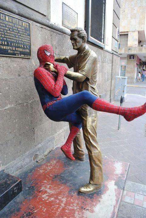 spiderman-fait-etrangler-par-une-statue