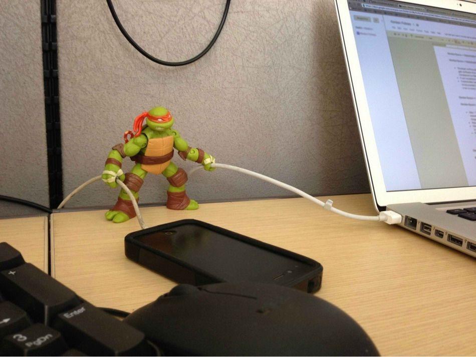 tortue-ninja-qui-tient-les-cables-usb