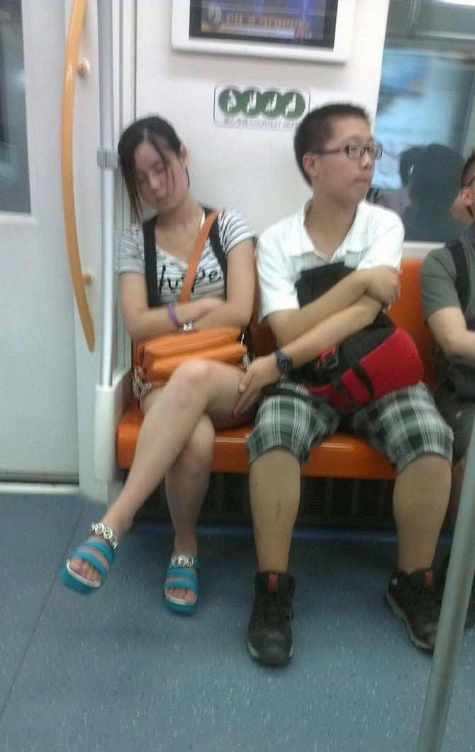 toucher-jambe-fille-ans-metro