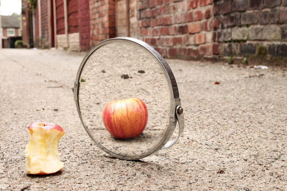 pomme-qui-regarde-dans-miroir
