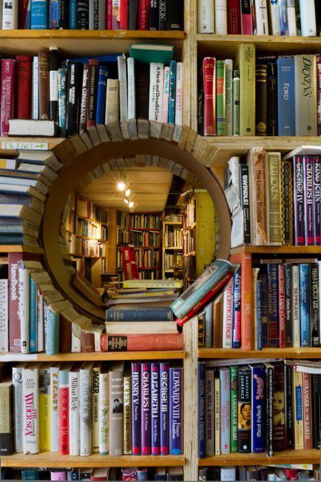 trou-dans-bibliotheque