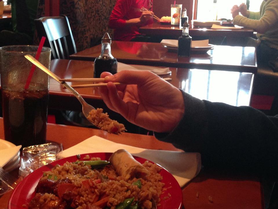 tenir-une-fourchette-avec-des-baguettes-chinoises