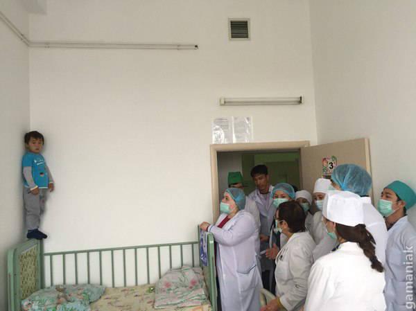 Image Un enfant entouré de médécins