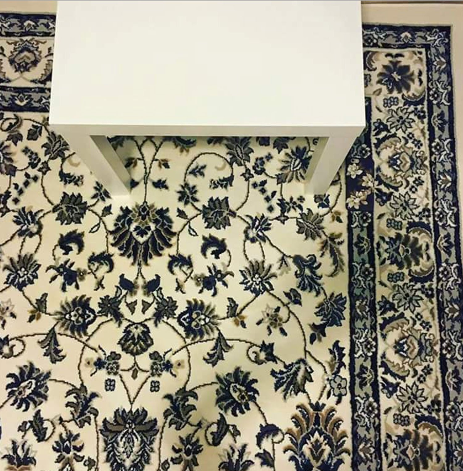 Image Trouvez l'iphone sur le tapis