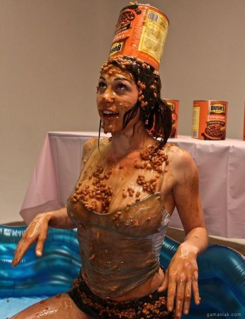 Image Une fille avec un pot d'haricots sur la tête