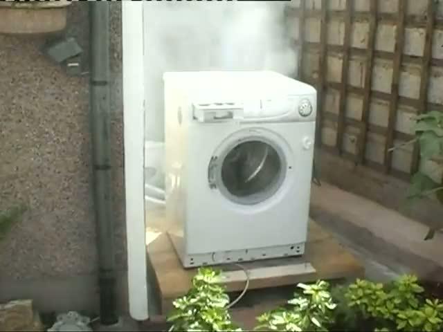 une brique dans une machine laver. Black Bedroom Furniture Sets. Home Design Ideas