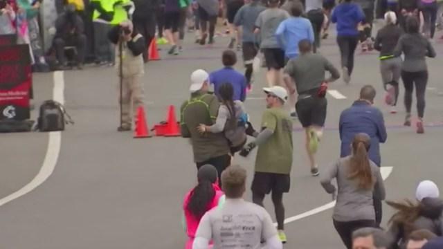 deux hommes aident une femme bout de souffle finir le marathon. Black Bedroom Furniture Sets. Home Design Ideas