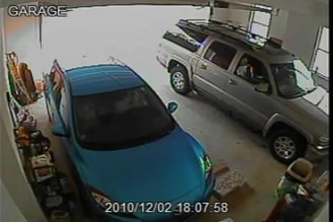 Une fille qui n 39 arrive pas sortir la voiture du garage for Garage qui rachete voiture