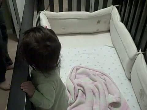 papa dort dans le lit de b b. Black Bedroom Furniture Sets. Home Design Ideas