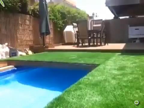Une piscine rétractable sous l\'herbe du jardin