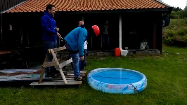 Saut en lastique dans une piscine pour enfants - Elastique pour nager piscine ...