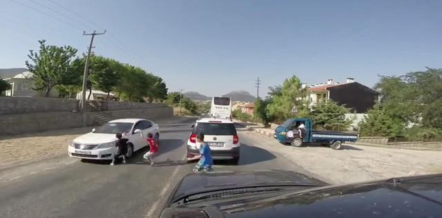 turquie un enfant percut par une voiture en traversant sans regarder. Black Bedroom Furniture Sets. Home Design Ideas
