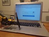 Un bras robot passe un Captcha
