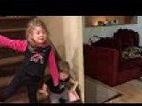 Un enfant se pète la gueule en bas des escaliers