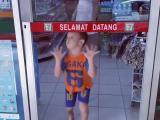 Un enfant pousse une porte invisible