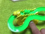 Un jouet toboggan pour oiseaux