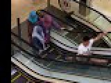 Monter un escalator en faisant le grand écart