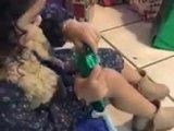 Une petite fille contente de recevoir des nouilles chinoises en cadeau de Noel