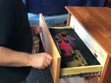 Un tiroir double fond pour cacher ses armes
